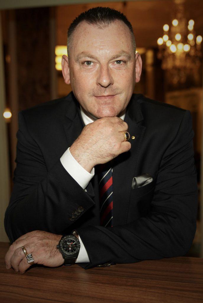 Jens Kabisch posiert für ein Foto im Anzug
